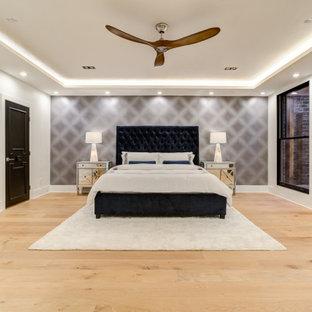 Imagen de dormitorio principal y papel pintado, clásico renovado, grande, papel pintado, con suelo de madera clara, chimeneas suspendidas y papel pintado