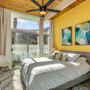 Свежая идея для дизайна: спальня в стиле ретро с желтыми стенами, бетонным полом и серым полом - отличное фото интерьера