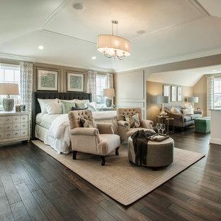 Imagen de dormitorio principal, clásico renovado, grande, sin chimenea, con suelo de madera oscura y paredes grises