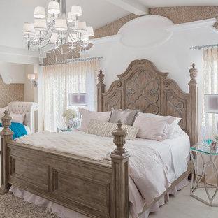 Aménagement d'une chambre parentale classique avec un mur beige.