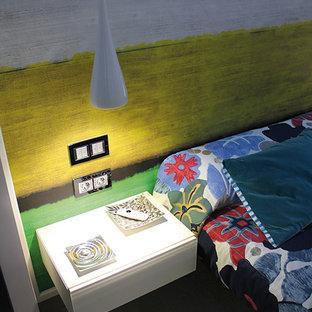 Réalisation d'une chambre parentale bohème de taille moyenne avec un mur multicolore, un sol en bois clair et aucune cheminée.