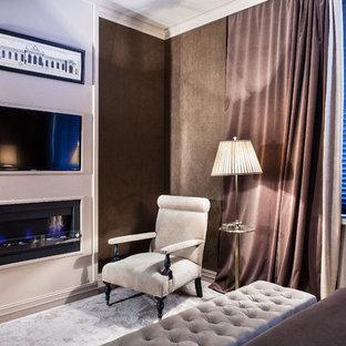 モスクワのエクレクティックスタイルのおしゃれな主寝室 (茶色い壁、カーペット敷き、横長型暖炉、木材の暖炉まわり)