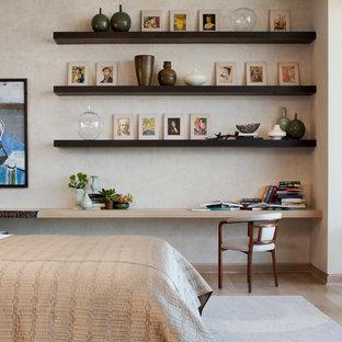Foto de dormitorio moderno con paredes beige y suelo de madera en tonos medios