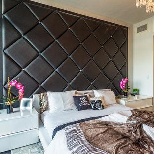 Foto de dormitorio principal, actual, pequeño, sin chimenea, con paredes beige, suelo de cemento y suelo negro