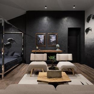 Foto di una camera da letto etnica con pareti nere, pavimento in legno massello medio e pavimento marrone