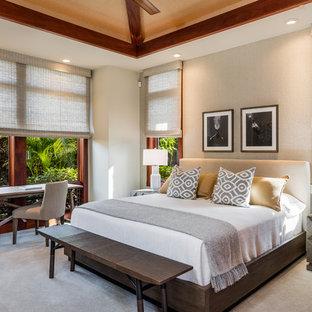 Idéer för tropiska gästrum, med beige väggar, heltäckningsmatta och grått golv