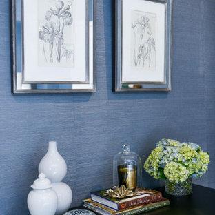 Идея дизайна: гостевая спальня среднего размера в классическом стиле с синими стенами, ковровым покрытием, бежевым полом и обоями на стенах