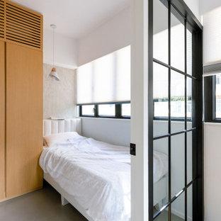 Aménagement d'une petit chambre parentale asiatique avec un mur blanc, béton au sol, aucune cheminée et un sol gris.