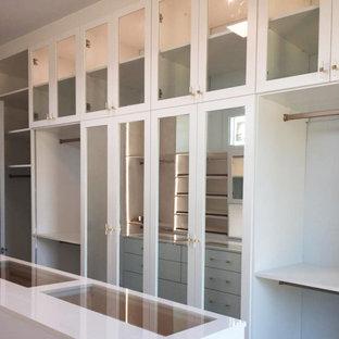 Foto de dormitorio principal, minimalista, grande, con paredes blancas, suelo vinílico y suelo marrón