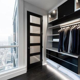 Ejemplo de dormitorio tipo loft, nórdico, de tamaño medio, con paredes blancas, suelo de madera oscura y suelo marrón
