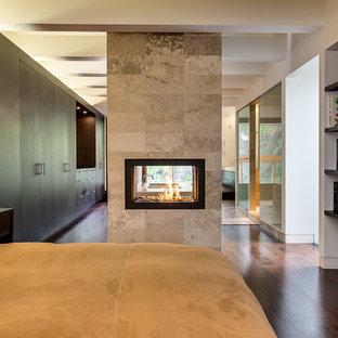 トロントのコンテンポラリースタイルのおしゃれな寝室 (タイルの暖炉まわり、両方向型暖炉) のレイアウト