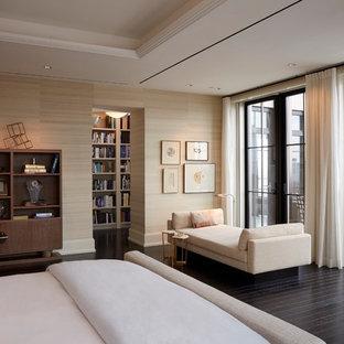 Ejemplo de dormitorio principal, contemporáneo, grande, con paredes beige, suelo de madera oscura, marco de chimenea de piedra y chimenea de esquina