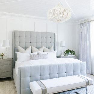 Maritimes Hauptschlafzimmer mit weißer Wandfarbe, Holzdielendecke und Wandpaneelen in San Diego