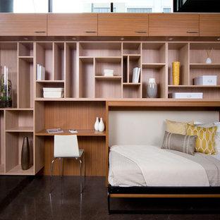 На фото: большая гостевая спальня в современном стиле с бетонным полом и коричневым полом без камина с
