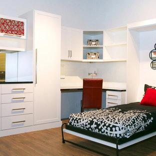 Cette image montre une chambre d'amis nordique de taille moyenne avec un mur blanc, un sol en bois brun et une cheminée ribbon.