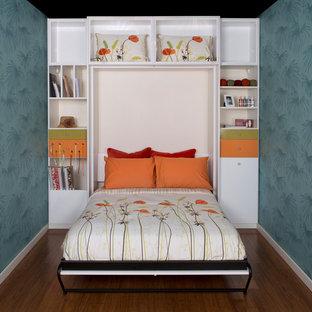 Foto de habitación de invitados escandinava, de tamaño medio, sin chimenea, con paredes azules y suelo de madera en tonos medios