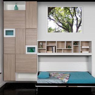 На фото: гостевая спальня среднего размера в современном стиле с белыми стенами и полом из керамогранита без камина