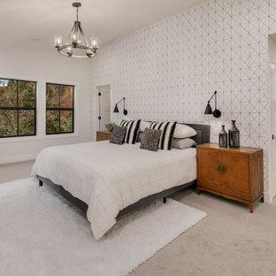 Ejemplo de dormitorio principal, campestre, grande, con paredes blancas, moqueta, chimenea tradicional, marco de chimenea de madera y suelo gris