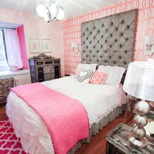 Ispirazione per una piccola camera da letto moderna con pareti rosa e pavimento in legno massello medio
