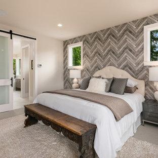 Пример оригинального дизайна: большая хозяйская спальня в современном стиле с ковровым покрытием, двусторонним камином, фасадом камина из металла и обоями на стенах