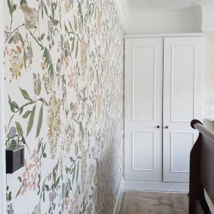 Großes Klassisches Hauptschlafzimmer mit grüner Wandfarbe, Teppichboden, Kamin, Kaminumrandung aus Stein, grünem Boden, eingelassener Decke und Tapetenwänden in London