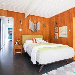 Modelo de dormitorio principal, retro, pequeño, con suelo de corcho y suelo marrón