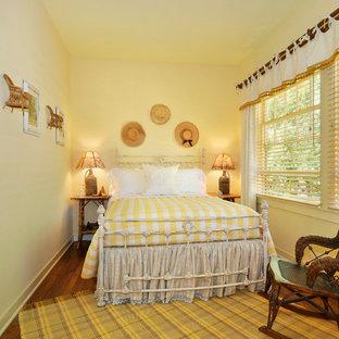 Ejemplo de dormitorio campestre con paredes amarillas
