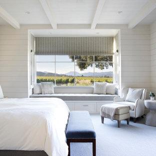 Landhaus Schlafzimmer mit weißer Wandfarbe, Teppichboden, grauem Boden, freigelegten Dachbalken, Holzdielendecke und Holzdielenwänden in San Francisco