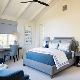 Idéer för ett lantligt sovrum, med vita väggar, heltäckningsmatta och beiget golv