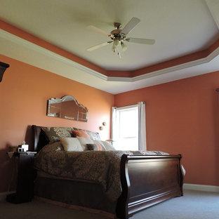 Foto de dormitorio principal, actual, grande, con parades naranjas y moqueta