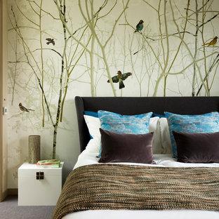ロンドンのコンテンポラリースタイルのおしゃれな客用寝室 (カーペット敷き、暖炉なし、マルチカラーの壁)
