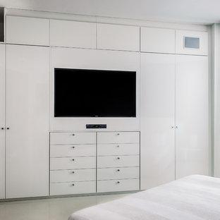 マイアミの中サイズのコンテンポラリースタイルのおしゃれな主寝室 (白い壁、コンクリートの床) のレイアウト