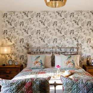 Idées déco pour une chambre parentale romantique de taille moyenne avec un mur gris.