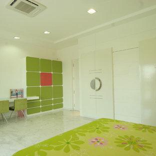 Modelo de habitación de invitados moderna con paredes blancas y suelo de mármol