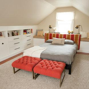 Ispirazione per una camera matrimoniale tradizionale di medie dimensioni con pareti beige, pavimento in legno massello medio, nessun camino e pavimento marrone