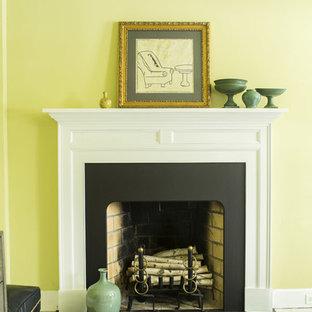 Diseño de dormitorio tradicional renovado con paredes verdes, suelo de madera pintada, chimenea tradicional y marco de chimenea de piedra