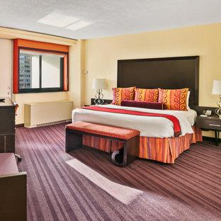 ワシントンD.C.の大きいコンテンポラリースタイルのおしゃれな主寝室 (黄色い壁、カーペット敷き、紫の床) のインテリア