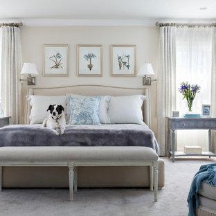 ワシントンD.C.の大きいトラディショナルスタイルのおしゃれな主寝室 (ベージュの壁、カーペット敷き、ベージュの床、暖炉なし)
