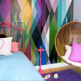 ワシントンD.C.の中くらいのコンテンポラリースタイルのおしゃれな客用寝室 (グレーの壁、淡色無垢フローリング、暖炉なし、紫の床) のインテリア