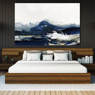 Exempel på ett modernt gästrum, med svarta väggar, ljust trägolv och beiget golv