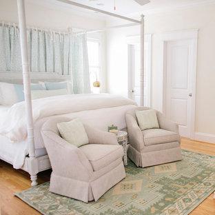 Esempio di una grande camera matrimoniale stile marino con pareti gialle e parquet chiaro