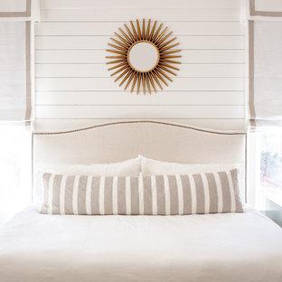Idéer för ett maritimt huvudsovrum, med vita väggar