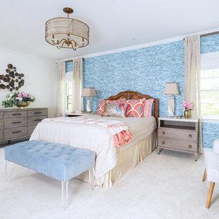 Inspiration pour une chambre traditionnelle de taille moyenne avec un mur bleu et un sol beige.