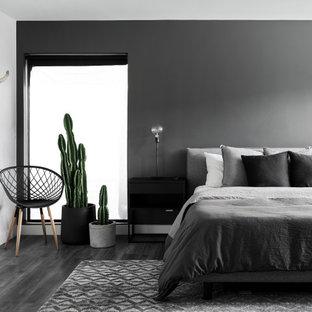 Modernes Schlafzimmer mit schwarzer Wandfarbe, dunklem Holzboden und schwarzem Boden in Phoenix