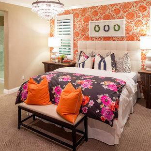 На фото: большая хозяйская спальня в стиле современная классика с оранжевыми стенами, ковровым покрытием и серым полом без камина с