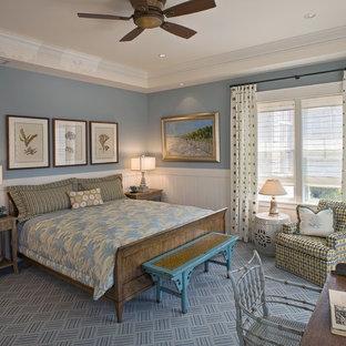 Esempio di una grande camera da letto stile marino con pareti blu, moquette, nessun camino e pavimento blu