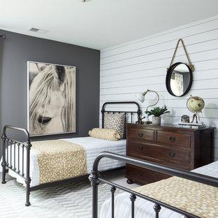 チャールストンのカントリー風おしゃれなゲスト用寝室 (グレーの壁)