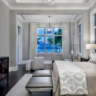Idéer för ett mellanstort modernt huvudsovrum, med grå väggar, mörkt trägolv och brunt golv