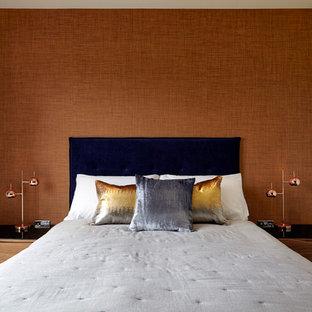 Diseño de habitación de invitados moderna, pequeña, sin chimenea, con parades naranjas y suelo de madera oscura