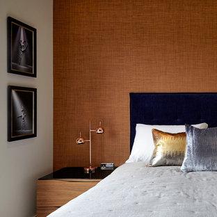 Ispirazione per una piccola camera degli ospiti moderna con pareti arancioni, parquet scuro e nessun camino